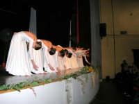 Teatro Euro - Le ragazze della scuola di danza Arte Libera salutano dopo essersi esibite ne I Ricordi, prologo della conferenza tenuta dal Dott. Carmelo Impera sul tema Educare oggi giovani e famiglie - Un modello per promuovere l'agio e prevenire il disagio, organizzata dall'Opera Salesiana Don Bosco di Alcamo ed il Centro Socio-Psico-Pedagogico Carl Rogers - Comunità di Accoglienza Oasi Don Bosco di Ispica (RG) - 29 gennaio 2006  - Alcamo (1711 clic)