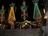 Illuminazione in piazza Ciullo, vista da piazza Mercato (aspettando Natale)- 12 dicembre 2005  - Alcamo (1690 clic)