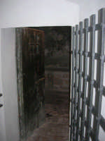 Castello dei Conti di Modica, interno: grata e porta di una cella - 21 giugno 2007  - Alcamo (1536 clic)