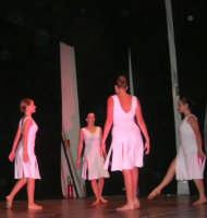presso il Teatro Cielo d'Alcamo, il Saggio di danza, diretto da Rosanna Stabile - ARTE LIBERA - I Colori del mondo: LA PACE (foto 52)- 16 giugno 2007  - Alcamo (1081 clic)