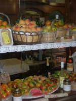 Vetrina con frutta marturana ed altri prodotti tipici locali - 14 luglio 2005   - Erice (5523 clic)