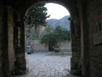 l'ingresso del Baglio Isonzo ed uno scorcio della piazzetta con fontana - 8 maggio 2007  - Scopello (1312 clic)