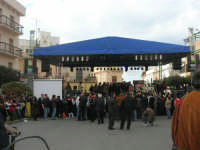 Festa di li Schietti - Piazza Duomo - il palco - aspettando la gara dell'alzata dell'albero - 23 marzo 2008   - Terrasini (1835 clic)