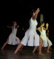 presso il Teatro Cielo d'Alcamo, il Saggio di danza, diretto da Rosanna Stabile - ARTE LIBERA - I Colori del mondo: LA PACE (foto 56)- 16 giugno 2007  - Alcamo (1022 clic)
