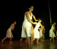 presso il Teatro Cielo d'Alcamo, il Saggio di danza, diretto da Rosanna Stabile - ARTE LIBERA - I Colori del mondo: LA PACE (foto 57)- 16 giugno 2007  - Alcamo (1165 clic)