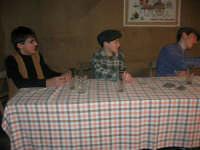 Presepe Vivente presso l'Istituto Comprensivo A. Manzoni, animato da alunni della scuola e da anziani del paese - l'osteria - 20 dicembre 2007   - Buseto palizzolo (1047 clic)