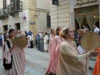 Festeggiamenti in onore di Maria Santissima dei Miracoli - Corso VI Aprile (Corso Stretto): Esibizione del gruppo storico Nobilissima de Parte de Sopra del Calendimaggio di Assisi - 19 giugno 2005  - Alcamo (1512 clic)