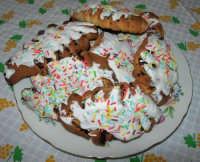 dolci tipici natalizi: le cudduredde, ricoperte da una glassa di zucchero e diavoletti - 24 dicembre 2006   - Alcamo (16779 clic)