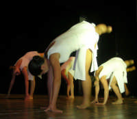 presso il Teatro Cielo d'Alcamo, il Saggio di danza, diretto da Rosanna Stabile - ARTE LIBERA - I Colori del mondo: LA PACE (foto 59)- 16 giugno 2007  - Alcamo (1044 clic)