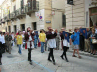 Festeggiamenti in onore di Maria Santissima dei Miracoli - Corso VI Aprile (Corso Stretto): Esibizione del gruppo storico Nobilissima de Parte de Sopra del Calendimaggio di Assisi - 19 giugno 2005  - Alcamo (1468 clic)