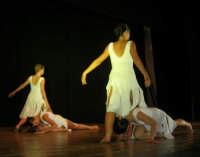 presso il Teatro Cielo d'Alcamo, il Saggio di danza, diretto da Rosanna Stabile - ARTE LIBERA - I Colori del mondo: LA PACE (foto 60)- 16 giugno 2007  - Alcamo (1026 clic)