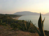 la spiaggia ed il golfo di Castellammare, lato ovest - 1 giugno 2007   - Balestrate (1770 clic)