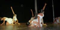 presso il Teatro Cielo d'Alcamo, il Saggio di danza, diretto da Rosanna Stabile - ARTE LIBERA - I Colori del mondo: LA PACE (foto 61)- 16 giugno 2007  - Alcamo (1041 clic)