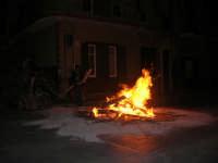 Gli altari di San Giuseppe - falò in strada per segnalarne la presenza - 18 marzo 2009   - Balestrate (3752 clic)
