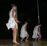 presso il Teatro Cielo d'Alcamo, il Saggio di danza, diretto da Rosanna Stabile - ARTE LIBERA - I Colori del mondo: LA PACE (foto 62)- 16 giugno 2007  - Alcamo (984 clic)