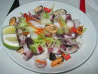 insalata di mare (con polpo, seppie, cozze e verdurine) presso la Spaghetteria - Frutti di Mare da Giovanni - 6 luglio 2007  - Balestrate (10435 clic)