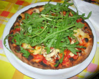Pizza Speciale, con pomodoro bruschetta, radicchio, Emmenthal, rucola, pinoli, funghi - Ristorante Pizzeria La Duchessa - 1 giugno 2008    - Castellammare del golfo (2123 clic)