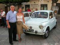 Raduno d'Auto d'Epoca, a cura della A.S. Aquila Club - Piazza Ciullo - Anna Rosa e Nicola con la loro FIAT 600 - 18 giugno 2006  - Alcamo (7082 clic)
