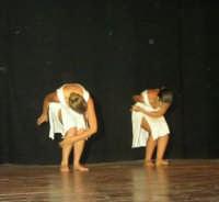 presso il Teatro Cielo d'Alcamo, il Saggio di danza, diretto da Rosanna Stabile - ARTE LIBERA - I Colori del mondo: LA PACE (foto 64)- 16 giugno 2007  - Alcamo (984 clic)