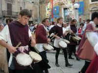 Festeggiamenti in onore di Maria Santissima dei Miracoli - Corso VI Aprile (Corso Stretto - Piazzetta Matrice): Esibizione del gruppo storico Nobilissima de Parte de Sopra del Calendimaggio di Assisi - 19 giugno 2005  - Alcamo (1450 clic)