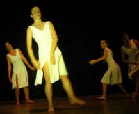 presso il Teatro Cielo d'Alcamo, il Saggio di danza, diretto da Rosanna Stabile - ARTE LIBERA - I Colori del mondo: LA PACE (foto 67)- 16 giugno 2007  - Alcamo (1013 clic)
