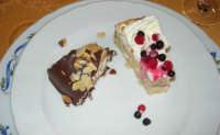 pranzo al Baglio Trinità: torta ai frutti di bosco e fetta di gelato alla nocciola, ricoperto di cioccolato e scaglie di mandorle  - 22 aprile 2007    - Castelvetrano (3936 clic)