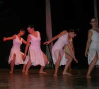 presso il Teatro Cielo d'Alcamo, il Saggio di danza, diretto da Rosanna Stabile - ARTE LIBERA - I Colori del mondo: LA PACE (foto 68)- 16 giugno 2007  - Alcamo (944 clic)