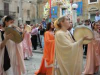 Festeggiamenti in onore di Maria Santissima dei Miracoli - Corso VI Aprile (Corso Stretto - Piazzetta Matrice): Esibizione del gruppo storico Nobilissima de Parte de Sopra del Calendimaggio di Assisi - 19 giugno 2005  - Alcamo (1352 clic)