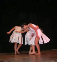 presso il Teatro Cielo d'Alcamo, il Saggio di danza, diretto da Rosanna Stabile - ARTE LIBERA - I Colori del mondo: LA PACE (foto 69)- 16 giugno 2007  - Alcamo (978 clic)