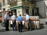 si vende l'aglio in Piazza della Repubblica - 18 giugno 2006  - Alcamo (1223 clic)