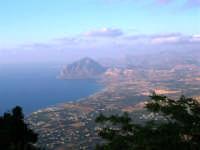 Panorama del litorale da Pizzolungo a Bonagia, a Cornino e monte Cofano - 14 luglio 2005   - Erice (1820 clic)