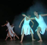 presso il Teatro Cielo d'Alcamo, il Saggio di danza, diretto da Rosanna Stabile - ARTE LIBERA - I Colori del mondo: LA PACE (foto 72)- 16 giugno 2007  - Alcamo (955 clic)