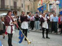 Festeggiamenti in onore di Maria Santissima dei Miracoli - Corso VI Aprile (Corso Stretto - Piazzetta Matrice): Esibizione del gruppo storico Nobilissima de Parte de Sopra del Calendimaggio di Assisi - 19 giugno 2005  - Alcamo (1384 clic)