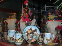 souvenir siciliani esposti nella vetrina di un negozio sul corso - 6 luglio 2007   - Balestrate (4219 clic)