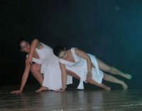 presso il Teatro Cielo d'Alcamo, il Saggio di danza, diretto da Rosanna Stabile - ARTE LIBERA - I Colori del mondo: LA PACE (foto 74)- 16 giugno 2007  - Alcamo (1038 clic)