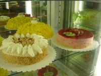 torte alla nocciola, al limone ed alla fragola, esposte nel Caffè Impero - 23 dicembre 2006  - Alcamo (3369 clic)