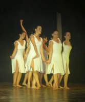 presso il Teatro Cielo d'Alcamo, il Saggio di danza, diretto da Rosanna Stabile - ARTE LIBERA - I Colori del mondo: LA PACE (foto 78)- 16 giugno 2007  - Alcamo (1077 clic)