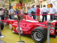 Festeggiamenti in onore di Maria Santissima dei Miracoli - Piazza Ciullo: la Ferrari in esposizione - 20 giugno 2005  - Alcamo (1712 clic)