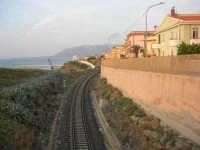 dal Belvedere: la ferrovia e le case che si affacciano sul mare - 1 giugno 2007   - Balestrate (1959 clic)
