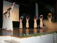 Teatro Euro - Le ragazze della scuola di danza Arte Libera, portano simbolici doni a Don Bosco dopo essersi esibite ne I Ricordi, prologo della conferenza tenuta dal Dott. Carmelo Impera sul tema Educare oggi giovani e famiglie - Un modello per promuovere l'agio e prevenire il disagio, organizzata dall'Opera Salesiana Don Bosco di Alcamo ed il Centro Socio-Psico-Pedagogico Carl Rogers - Comunità di Accoglienza Oasi Don Bosco di Ispica (RG) - 29 gennaio 2006  - Alcamo (1328 clic)