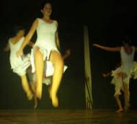 presso il Teatro Cielo d'Alcamo, il Saggio di danza, diretto da Rosanna Stabile - ARTE LIBERA - I Colori del mondo: LA PACE (foto 79)- 16 giugno 2007  - Alcamo (895 clic)