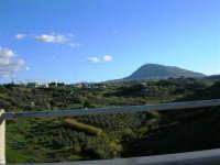 Dall'autostrada: la campagna e il monte Bonifato - 2 dicembre 2005  - Alcamo (1549 clic)