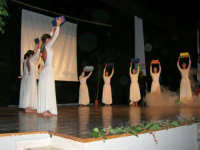 Teatro Euro - Le ragazze della scuola di danza Arte Libera, portano simbolici doni a Don Bosco dopo essersi esibite ne I Ricordi, prologo della conferenza tenuta dal Dott. Carmelo Impera sul tema Educare oggi giovani e famiglie - Un modello per promuovere l'agio e prevenire il disagio, organizzata dall'Opera Salesiana Don Bosco di Alcamo ed il Centro Socio-Psico-Pedagogico Carl Rogers - Comunità di Accoglienza Oasi Don Bosco di Ispica (RG) - 29 gennaio 2006  - Alcamo (1528 clic)