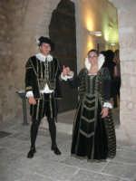 una coppia del Gruppo Storico Cavalieri di San Giorgio dinanzi il portone d'ingresso del Castello dei Conti di Modica, in occasione dei festeggiamenti in onore di Maria Santissima dei Miracoli, Patrona di Alcamo - 18 giugno 2007  - Alcamo (1460 clic)