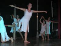 presso il Teatro Cielo d'Alcamo, il Saggio di danza, diretto da Rosanna Stabile - ARTE LIBERA - I Colori del mondo: LA PACE (foto 82)- 16 giugno 2007  - Alcamo (990 clic)