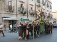 festeggiamenti in onore di Sant'Antonio di Padova: la statua del Santo portata in processione nel corso 6 Aprile - 13 giugno 2007  - Alcamo (1666 clic)