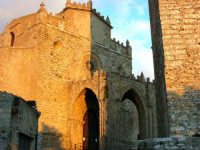 Duomo (sec. XIV) e Torre Campanaria (sec. XIII) - 14 luglio 2005   - Erice (1404 clic)