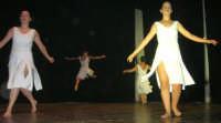presso il Teatro Cielo d'Alcamo, il Saggio di danza, diretto da Rosanna Stabile - ARTE LIBERA - I Colori del mondo: LA PACE (foto 85)- 16 giugno 2007  - Alcamo (1039 clic)