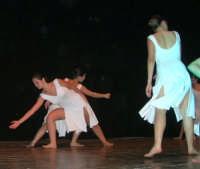 presso il Teatro Cielo d'Alcamo, il Saggio di danza, diretto da Rosanna Stabile - ARTE LIBERA - I Colori del mondo: LA PACE (foto 86)- 16 giugno 2007  - Alcamo (993 clic)