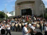 Festa del Sacro Cuore: dinanzi alla Parrocchia, nel viale Europa, si sta per avviare la processione - 15 giugno 2007  - Alcamo (1452 clic)